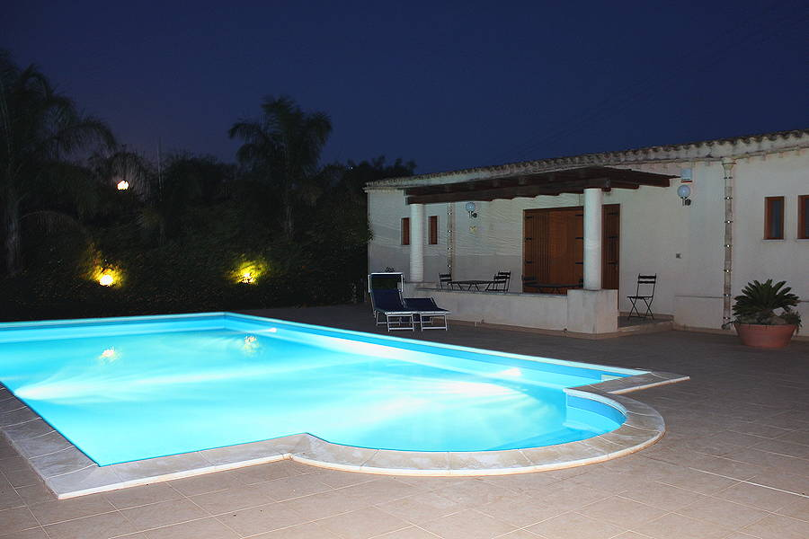 Swimming-Pool-by-night